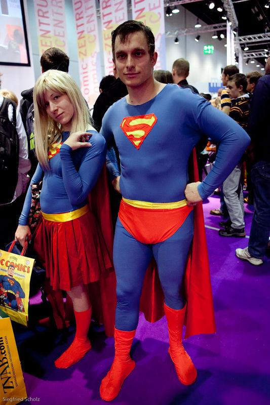 Superman und Supergirl im Comiczentrum